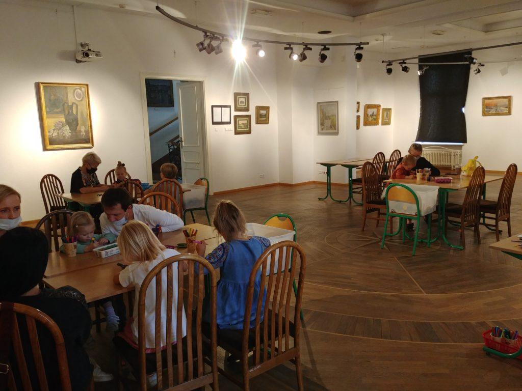 Zdjęcie z rodzinnych warsztatów edukacyjnych które odbyły się 3 października na wystawie Najwyższy czas w Ratuszu