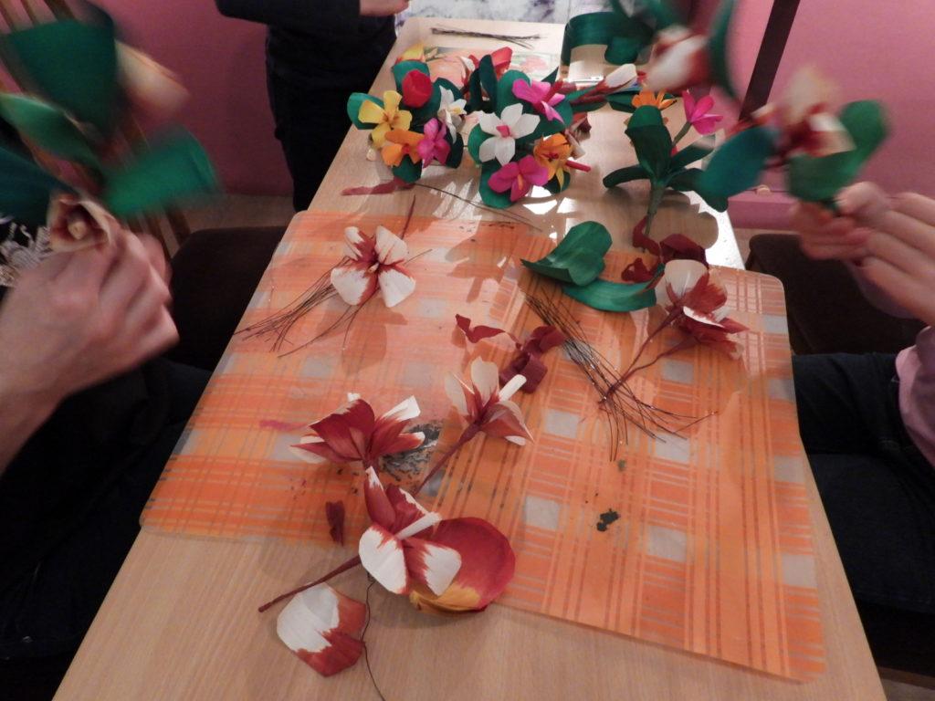 Fotorelacja z warsztatów wyplatania kwiatów z wiórów osikowych
